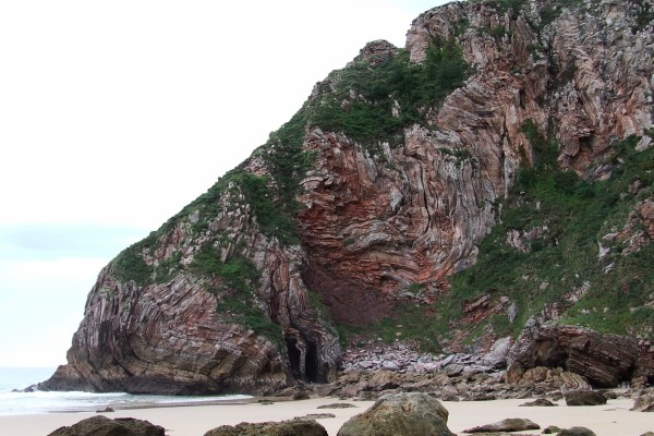 Pared de roca en Playa Ballota (Asturias)