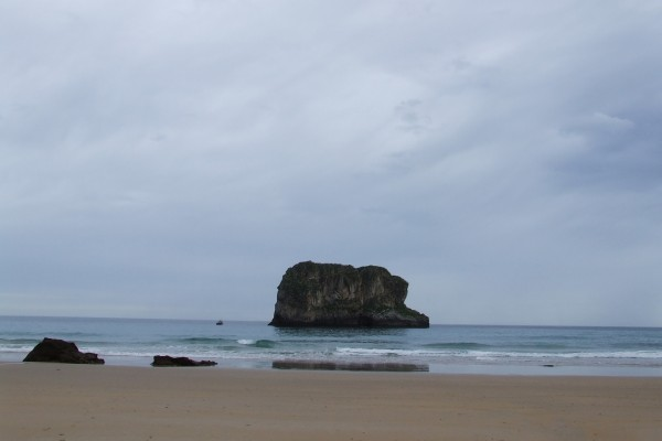 Islote en la playa La Ballota, Llanes (Asturias)