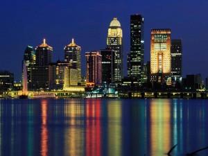 Postal: Reflejo en el agua de las luces de la ciudad