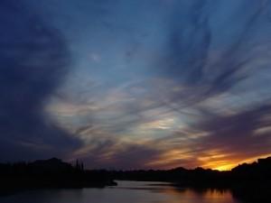 Postal: Anochece en el río