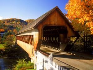 Postal: Puente cubierto visto en otoño