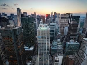 El sol detrás de los rascacielos de la ciudad