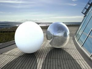 Bola blanca y bola plateada