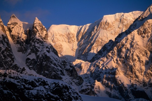 Amanecer en la montaña nevada
