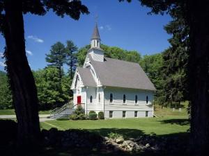 Iglesia con la puerta roja