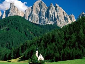 Pequeña iglesia en las montañas