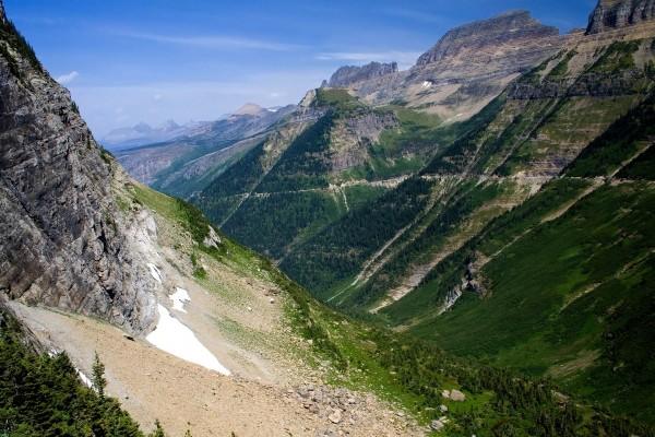 Mirando las grandes montañas