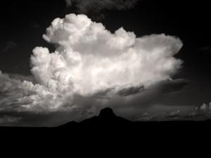 Nube blanca en el cielo oscuro