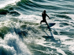 Surfista en movimiento
