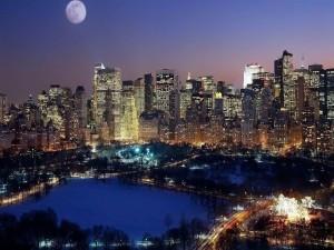 Luna llena sobre la gran ciudad