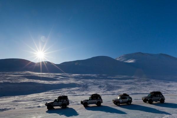 Autos en fila sobre la nieve