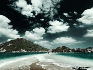 Mar, montañas y cielo nuboso