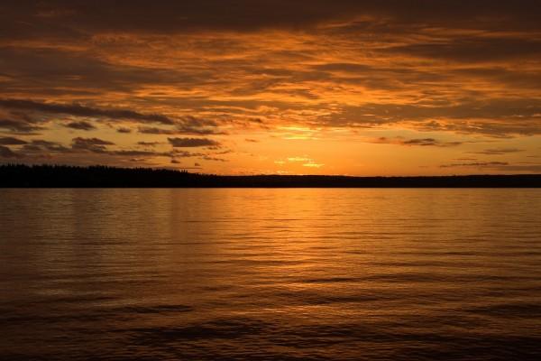 Bello atardecer en el lago
