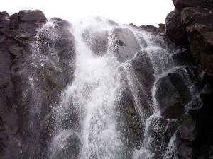 Cascada entre grandes piedras