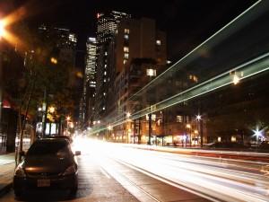 Postal: Las luces de los coches en la carretera