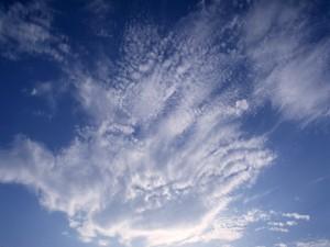 El cielo azul con nubes