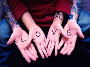 """Postal: Manos con el mensaje """"Amor"""""""