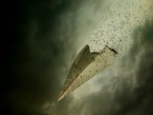 Postal: Un avión de papel se quema