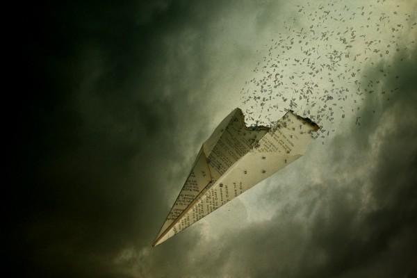 Un avión de papel se quema