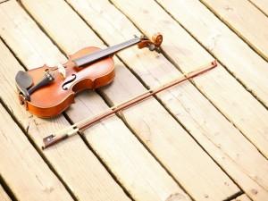 Postal: Un violín sobre el muelle