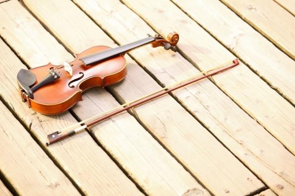Un violín sobre el muelle