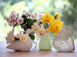 Postal: Flores en un florero y una paloma de cerámica