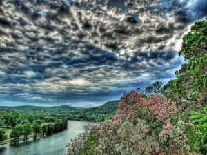 Un río y el cielo cubierto de nubes