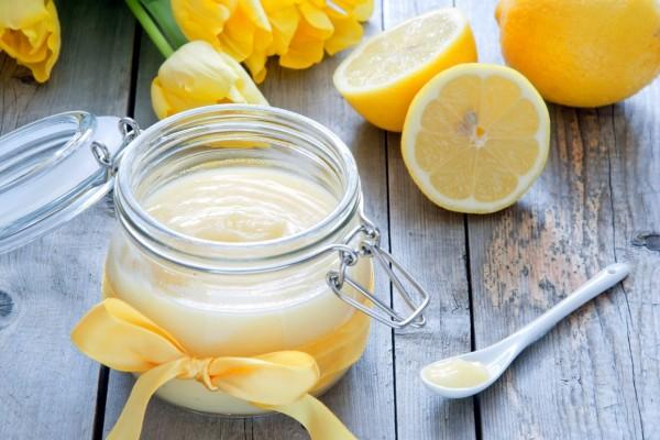 Crema de limón en un frasco de vidrio