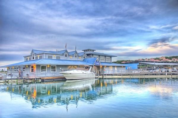 Un barco en el puerto