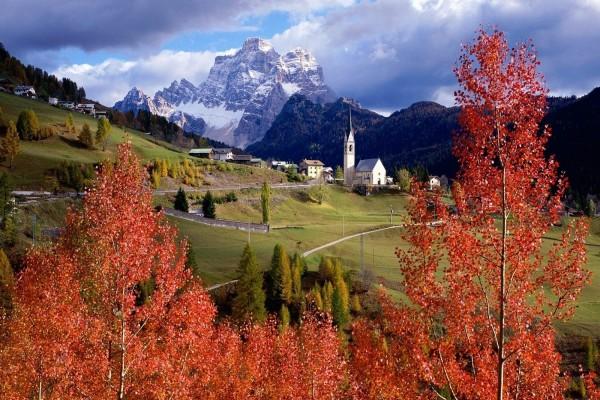 Pueblo en las montañas visto desde los árboles rojos