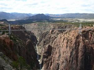 Un largo puente en las montañas