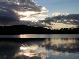 Postal: Oscuridad en el lago