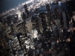 Luces en los rascacielos de una ciudad oscura