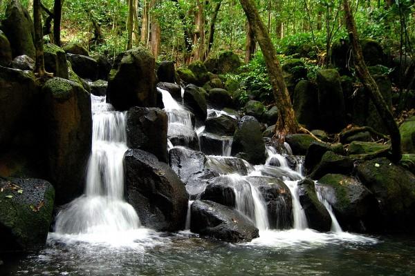 Cascada en las grandes piedras del río