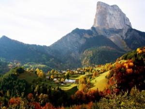 Pueblo visto en otoño