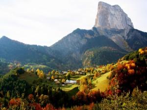 Postal: Pueblo visto en otoño