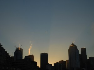 Humo en las chimeneas de los rascacielos