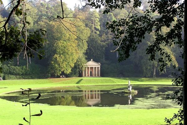 Parque con un estanque