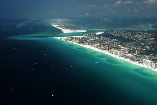 Vista aérea del mar y la costa