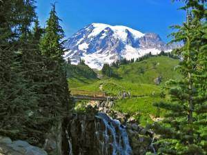 Postal: Puente de madera cercano a la montaña