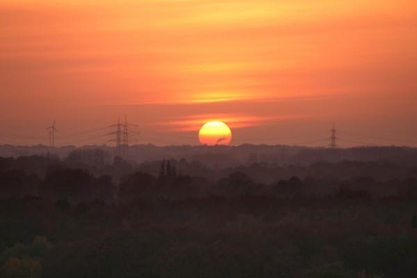 El sol naranja al atardecer