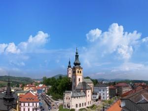 Cielo azul en el pueblo
