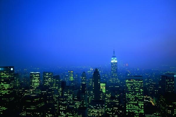 Luces verdes en los edificios