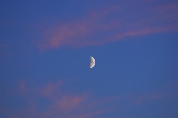 La luna en el cielo antes del anochecer