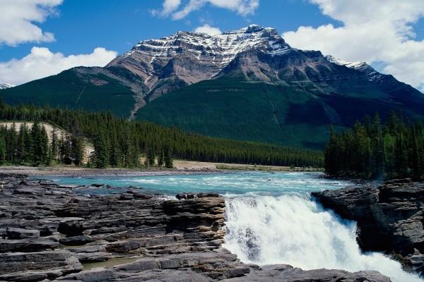 Cascada en el río de la montaña
