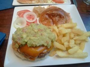 Hamburguesa con queso y guacamole