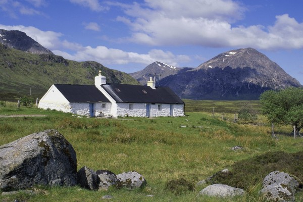 Cabaña blanca y negra en las montañas