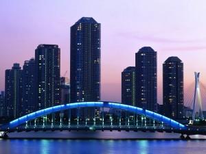 Puente con luz azul en la ciudad