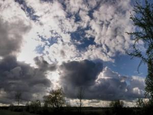 Nubes grises delante del sol
