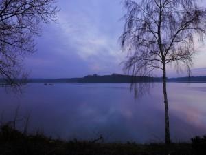 Postal: Dos barcos en el agua al caer la noche